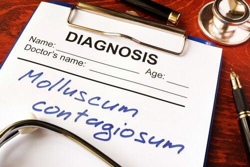 ¿Qué es el molluscum contagiosum?