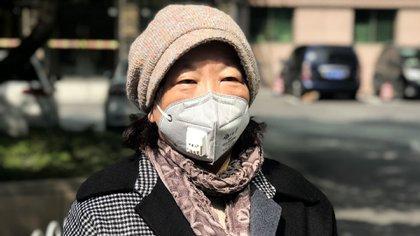 Esta foto tomada el 22 de febrero de 2020 muestra a la escritora china Fang Fang hablando con los medios de comunicación en Wuhan, la provincia central de Hubei en China (AFP)