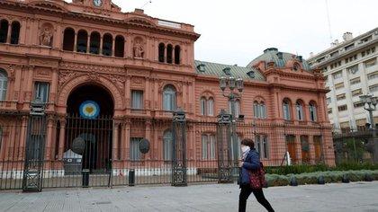 Una mujer usando una mascarilla por el coronavirus (COVID-19) camina frente al palacio presidencial de la Casa Rosada, en Buenos Aires, Argentina. 21 de mayo de 2020. REUTERS/Agustin Marcarian