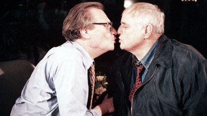 King nunca había conocido a Marlon Brando, que era muy difícilde entrevistar, cuando el gigante de la interpretación pidió aparecer en su programa en 1994. Los dos congeniaron tan bien que terminaron su charla de 90 minutos con una canción y un beso en la boca, una imagen que estuvo en todos los medios de comunicación en las semanas siguientes. (Grosby)