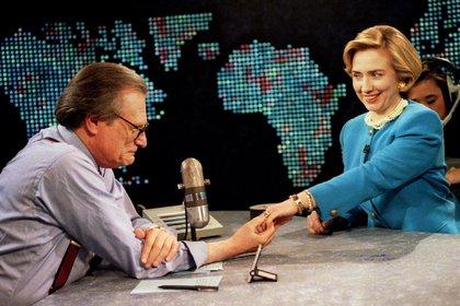 La entonces primera dama de los EEUU, Hillary Rodham Clinton muestra su anillo de boda a Larry King de CNN, el 5 de mayo de 1994 en Washington.