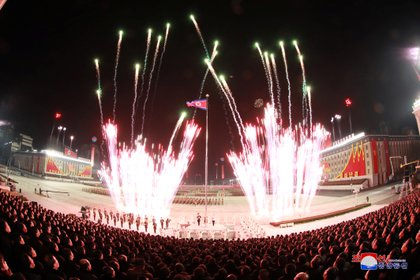 Fuegos artificiales explotaron sobre la Plaza Kim Il Sung en Pyongyang el 14 de enero de 2021 para celebrar el 8º Congreso del Partido de los Trabajadores en esta foto proporcionada por la Agencia Central de Noticias de Corea del Norte (KCNA)