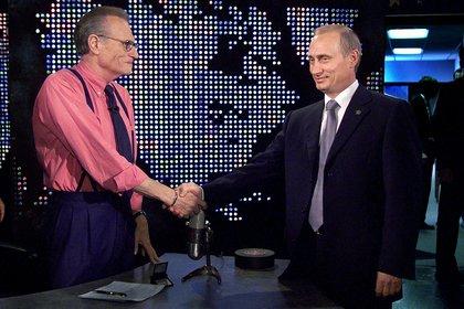 El presidente ruso Vladimir Putin estrecha la mano de Larry King antes de una grabación de