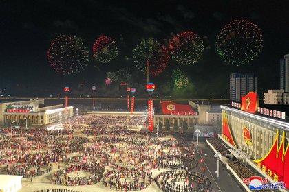 Un grupo de ciudadanos norcoreanos realizó una danza tradicional durante el lanzamiento de fuegos artificiales en la Plaza Kim Il Sung este jueves (KCNA via REUTERS)