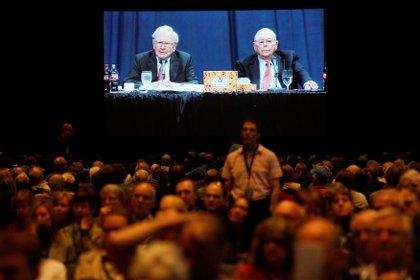 Los accionistas de Berkshire Hathaway escuchan al consejero delegado, Warren Buffett, y al vicepresidente, Charlie Munger el 3 de mayo de 2014 (REUTERS/Rick Wilking/File Photo)