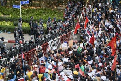 Miles de personas protestan contra el golpe militar. REUTERS/Stringer