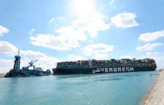 Reflotan parcialmente el buque varado seis días en canal de Suez