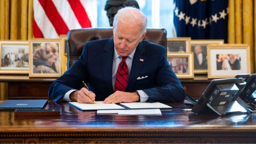 Biden firma una orden ejecutiva que amplía el acceso a la votación