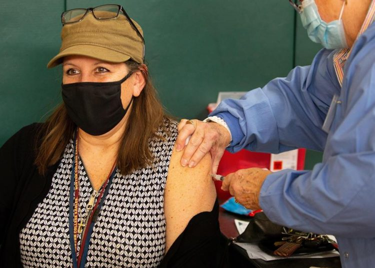 EEUU administra 100 millones de dosis de vacunas,