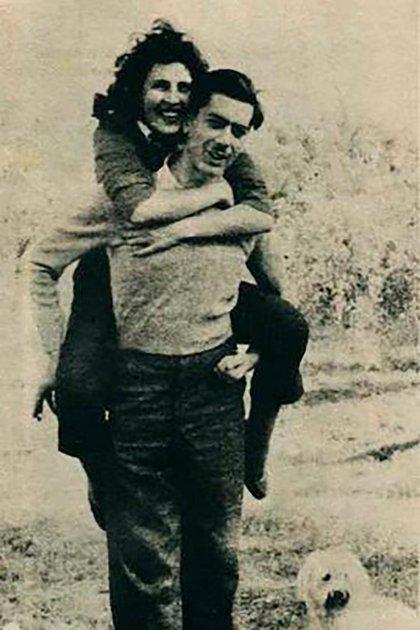 Mario Vargas Llosa tenía 19 años cuando se casó con Julia Urquidi, su tía política, 10 años mayor.