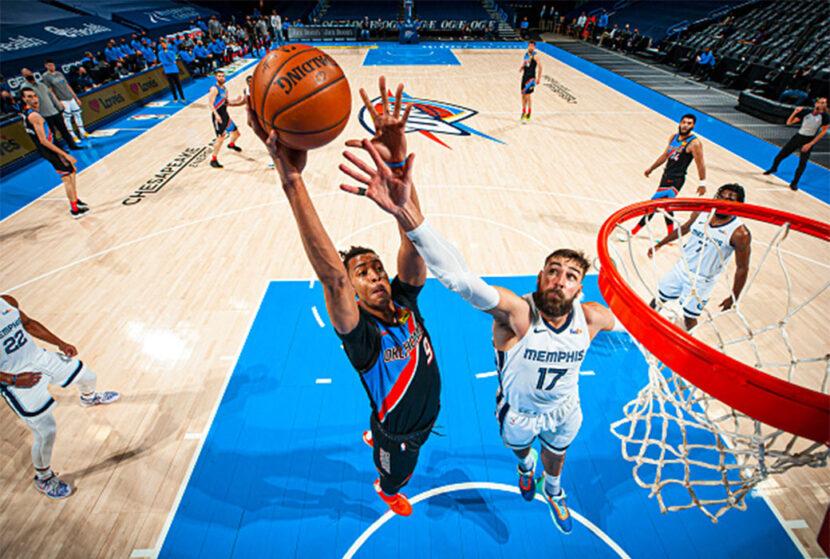 Oklahoma City Thunder firma a Moses Brown con contrato plurianual