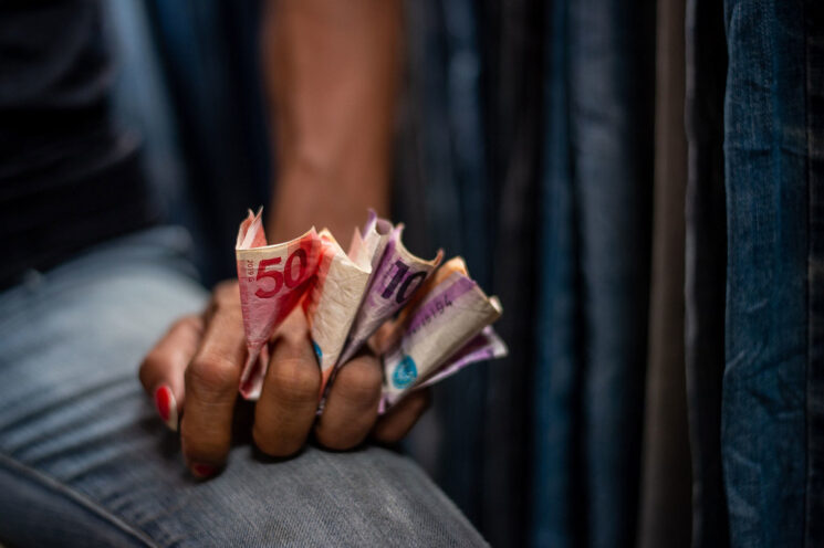Una recuperación económica a dos velocidades traerá más desigualdad, alerta el Fondo Monetario Internacional