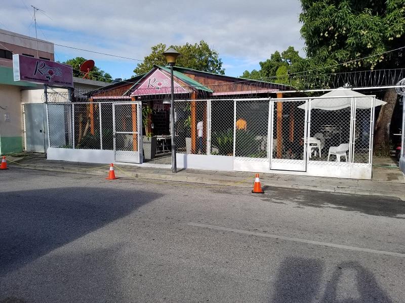 Dueños de negocio en San Juan impiden a conductores estacionarse en la vía pública