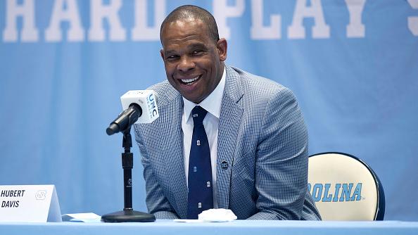 UNC nombra a Hubert Davis para suceder a Roy Williams como entrenador en jefe