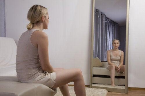 ¿Qué es la terapia de exposición al espejo y para qué sirve?