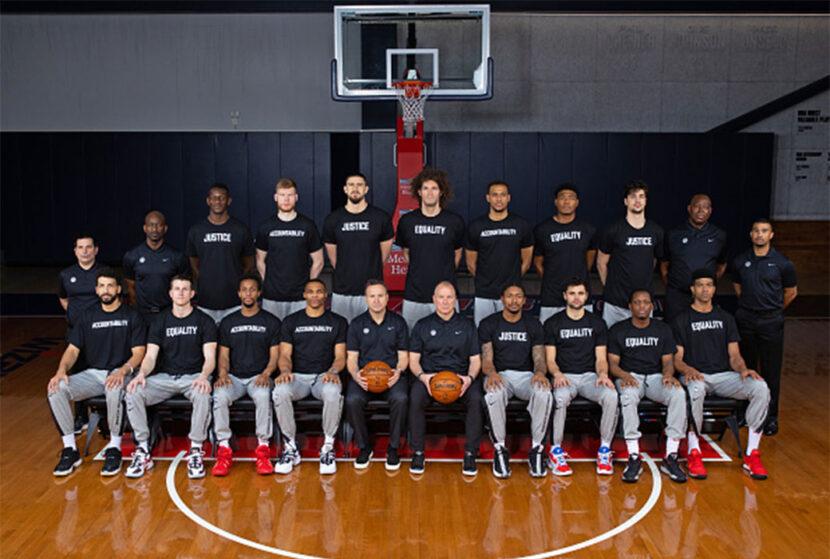 Los magos visten camisetas de igualdad, justicia y responsabilidad para la foto de equipo