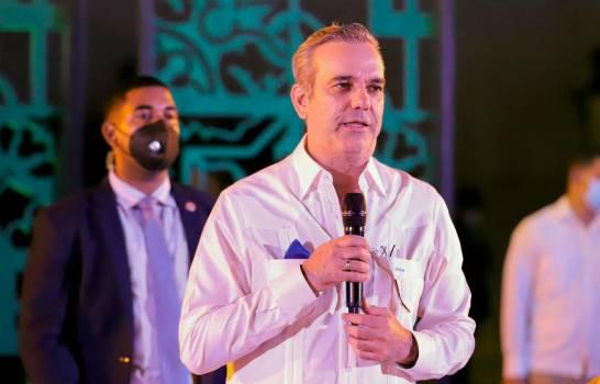 Luis Abinader insta a «recuperar lo antes posible la industria sin chimenea»