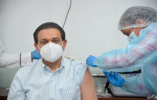 Ministro de Salud Pública recibe primera dosis de vacuna contra el COVID-19