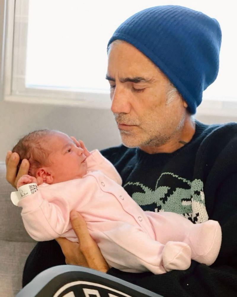 Alejandro Fernández comparte sus primeras fotos como abuelo