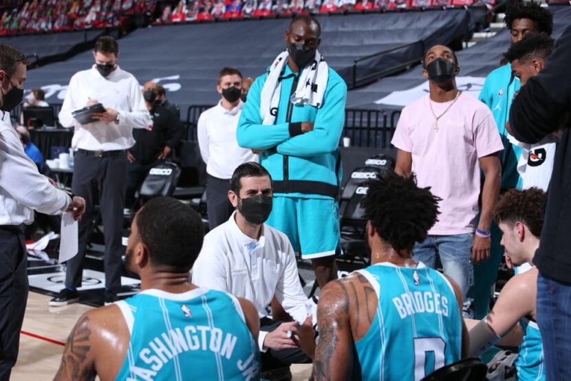 Charlotte Hornets elige la opción de equipo en el contrato de HC James Borrego