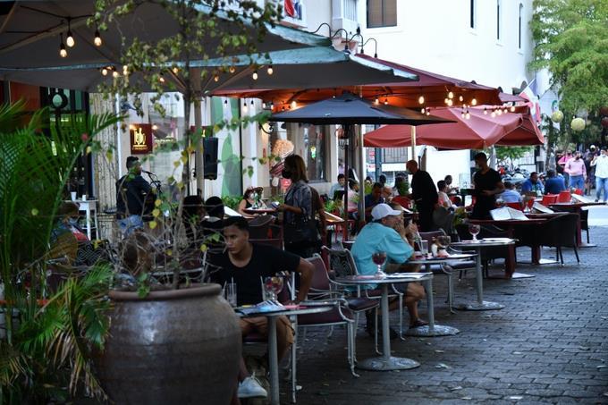 Nuevas medidas obligan a cerrar algunos bares de la Ciudad Colonial